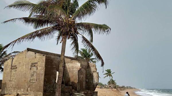 Restes de maisons abandonnées sur la côte togolaise à cause de l'érosion au village de Kossi Agbavi au Togo. - Sputnik France