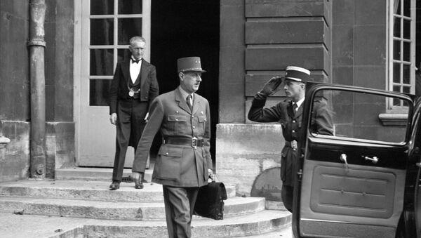 Le général Charles de Gaulle, sortant du conseil des ministres, quitte l'hôtel Matignon en octobre 1945. - Sputnik France