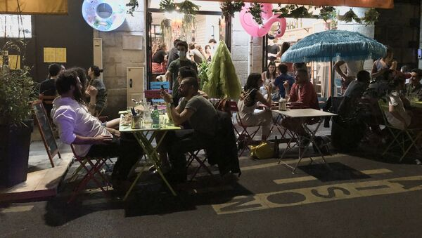 Une terrasse parisienne provisoire sur les places de parking devant un restaurant - Sputnik France