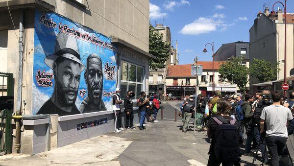 La fresque avec les portraits de George Floyd et d'Adama Traoré à Stains - Sputnik France