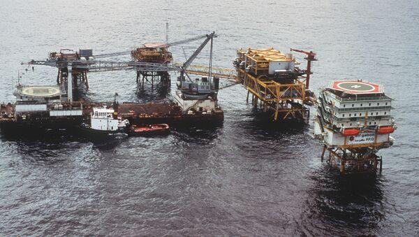 Plateforme pétrolière de forage offshore de la compagnie Elf Gabon, au large de la ville de Port Gentil le 29 mai 1990. - Sputnik France
