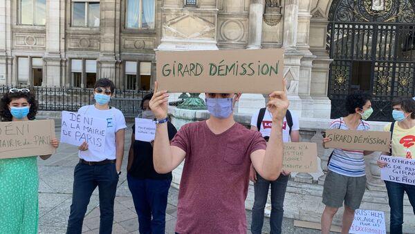 Des féministes se mobilisent en face de la mairie de Paris pour demander la démission de Christophe Girard, en raison de ses liens avec l'affaire Matzneff, le 23 juillet 2020 - Sputnik France