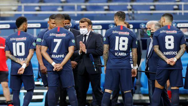 Emmanuel Macron échange avec Kylian Mbappé avant le début de la finale de la Coupe de France PSG-Saint-Etienne, 24 juillet 2020 - Sputnik France