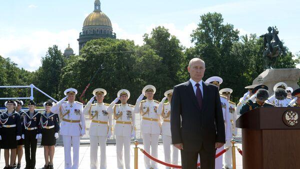 Vladimir Poutine lors du défilé naval à Saint-Pétersbourg  - Sputnik France