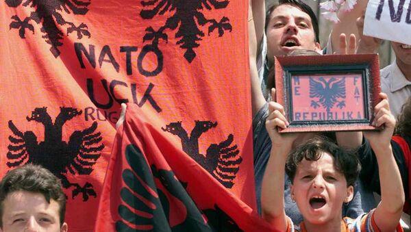 Des manifestants d'ethnie albanaise brandissent des drapeaux albanais dans la ville de Mitrovica  - Sputnik France
