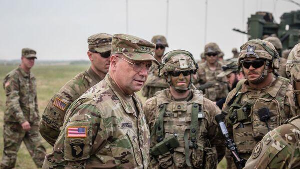 Ben Hodges, commandant des forces US en Europe s'entretient avec des soldats américains après des exercices en Pologne (archives photo) - Sputnik France