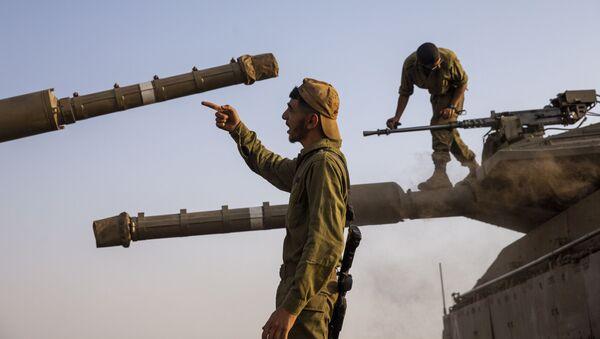 Des soldats israéliens restaurant des tanks dans la partie du Golan contrôlé par l'Etat Hébreu, tout près de la frontière avec le Liban, mardi 28 juillet 2020 - Sputnik France