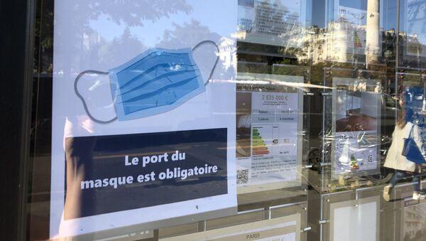 Une affichette Le Port du masque obligatoire dans un café à Paris - Sputnik France