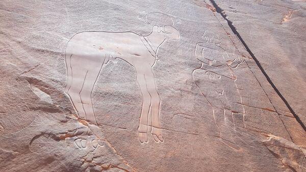 Gravure rupestre de la falaise de Fedjet el Kheil, période du Bubale (8.000-6.000 ans avant l'ère chrétienne), représentant un homme et un bélier à tête sphéroïde - Sputnik France