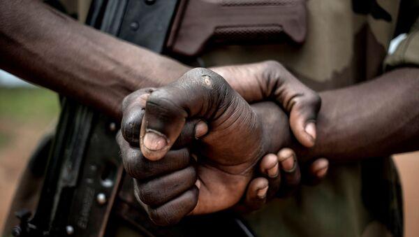 Un soldat avec un AK-47 - Sputnik France