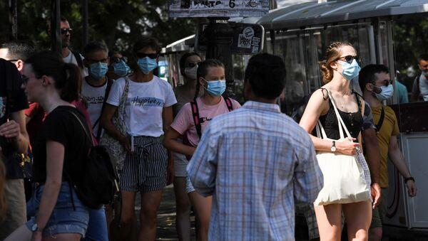 Des gens portent des masques de protection à Montmartre, Paris. - Sputnik France