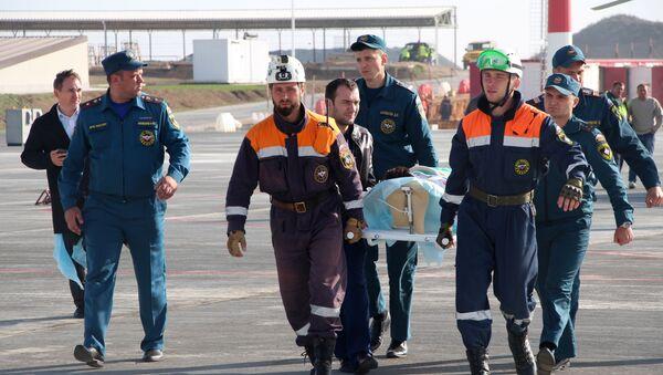 Des secouristes russes portant un blessé sur une civière (archive photo) - Sputnik France