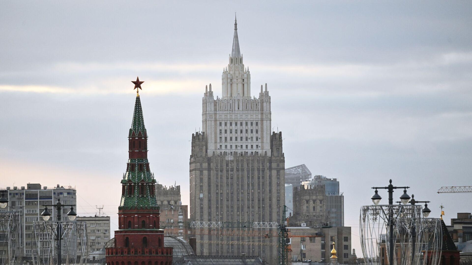 Ministère russe des Affaires étrangères et une tour du Kremlin  - Sputnik France, 1920, 23.08.2021