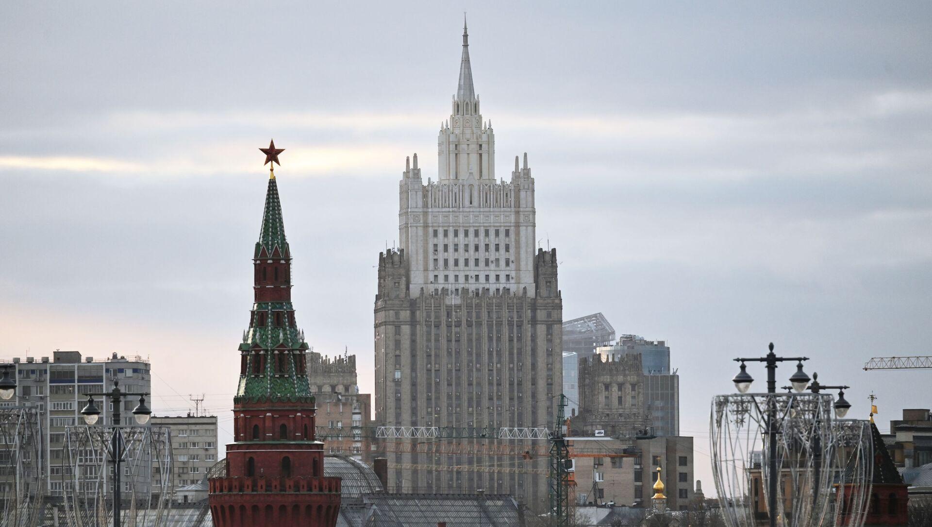Minsitère des Affaires étrangères et une tour du Kremlin  - Sputnik France, 1920, 26.02.2021