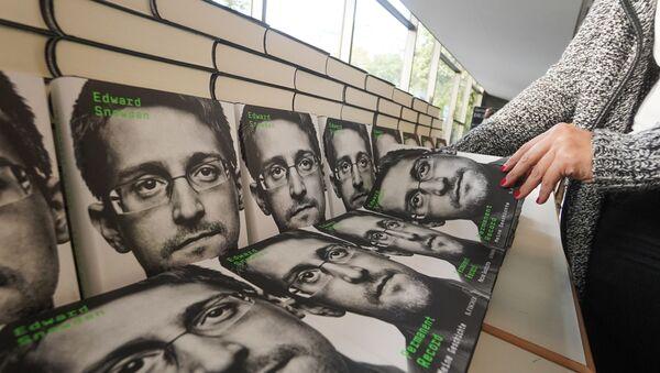 L'autobiographie d'Edward Snowden, intitulée « Permanent record » (« Mémoire vive » en France) - Sputnik France