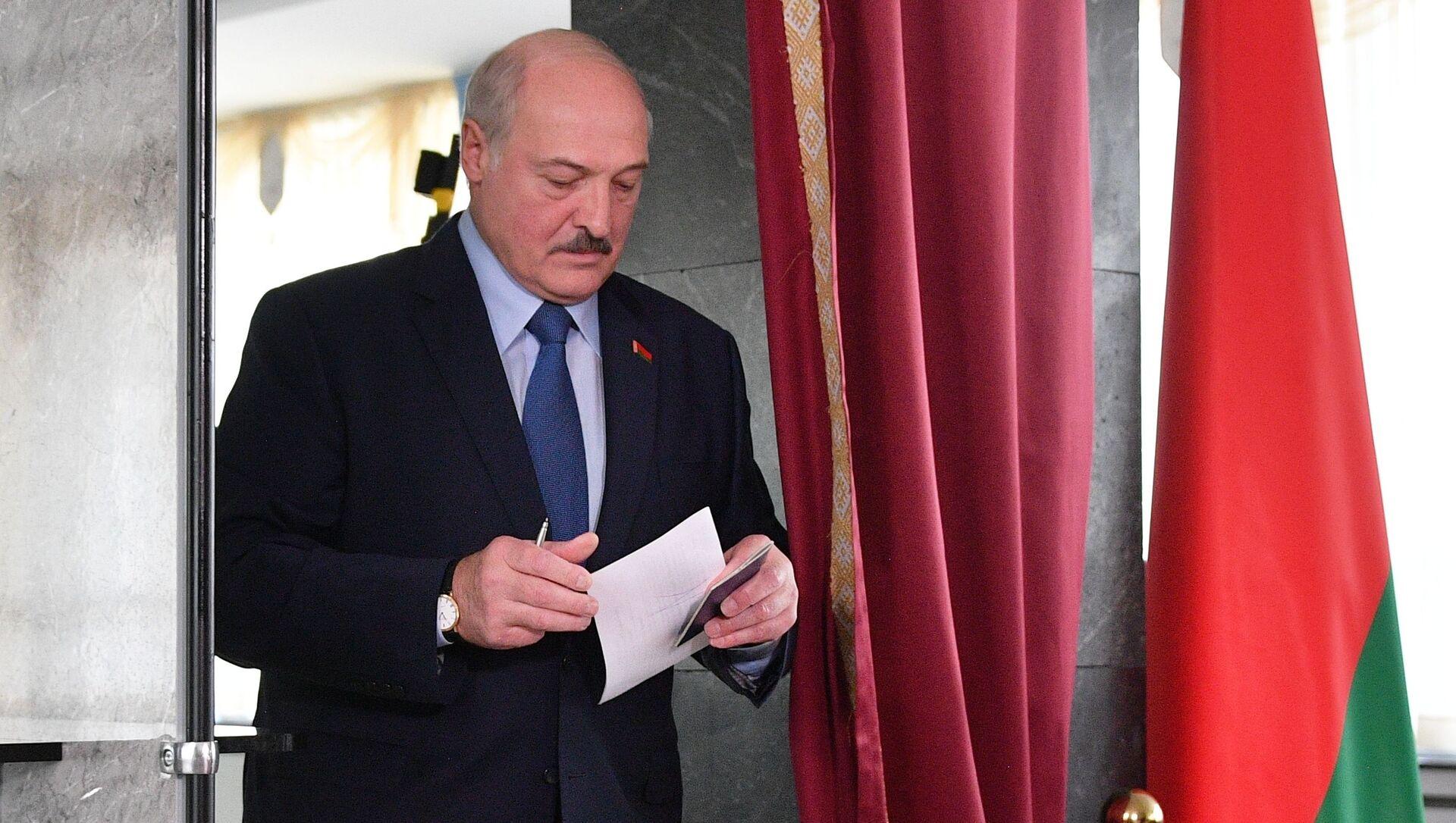 Alexandre Loukachenko dans un bureau de vote à Minsk, août 2020 - Sputnik France, 1920, 09.08.2021
