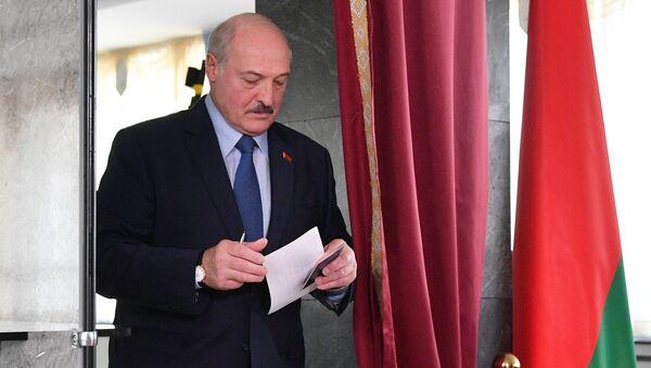 Alexandre Loukachenko dans un bureau de vote à Minsk, août 2020 - Sputnik France