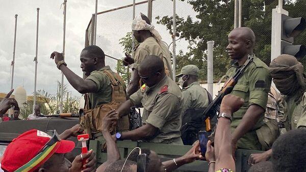 Les militaires maliens acclamés à leur arrivée boulevard de l'Indépendance à Bamako, le 18 août 2020. - Sputnik France