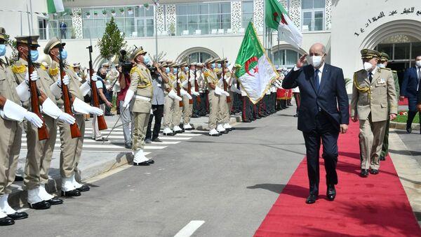 Le Président Abdelmadjid Tebboune saluant une formation de la Garde républicaine - Sputnik France