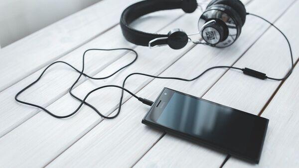 Un smartphone avec des écouteurs - Sputnik France