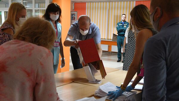 Le dépouillement des votes dans un bureau de vote à Minsk, le 9 août - Sputnik France