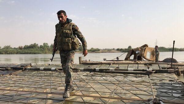 Des militaires syriens avant de franchir l'Euphrate dans le gouvernorat de Deir ez-Zor, archives - Sputnik France