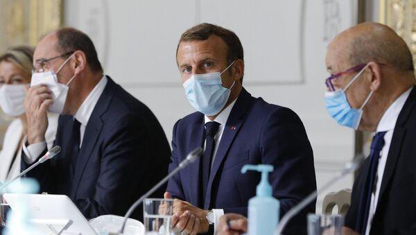 Emmanuel Macron, entouré de son Premier ministre Jean Castex et du chef de la diplomatie Jean-Yves Le Drian - Sputnik France