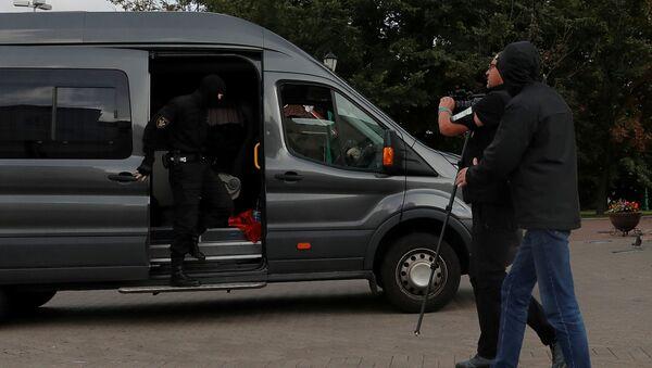 La police emmène des journalistes à Minsk - Sputnik France