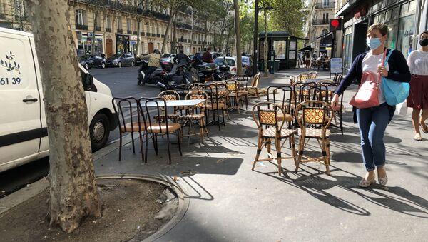 Une extension provisoire d'une terrasse d'un restaurant dans l'espace public, Paris  - Sputnik France