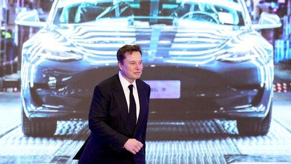 Elon Musk devant une Tesla Model 3 - Sputnik France