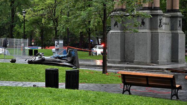 La statue du tout premier Premier ministre canadien John A. Macdonald à terre - Sputnik France