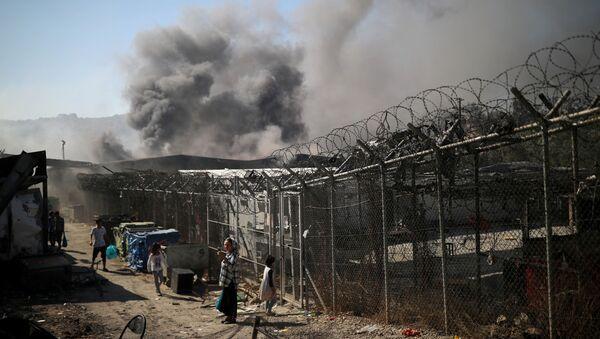 En Grèce, le plus grand camp de migrants d'Europe détruit pas le feu   - Sputnik France