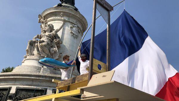 Association Les Chemises Blanches manifeste sur la place de la République - Sputnik France