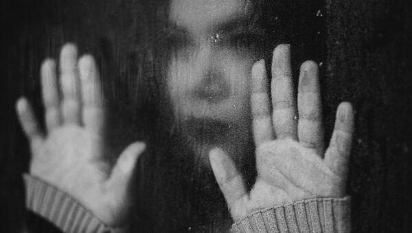 Une jeune fille triste, image d'illustration - Sputnik France
