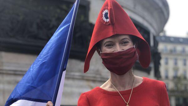 Une manifestante, place de la République à Paris - Sputnik France