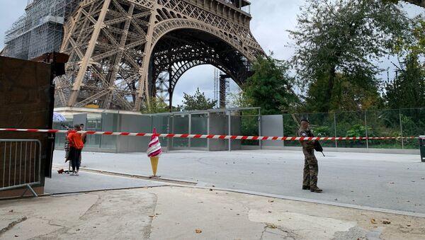 Des gendarmes près de la Tour Eiffel le 23 septembre - Sputnik France