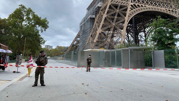 Des policiers près de la Tour Eiffel le 23 septembre 2020 - Sputnik France
