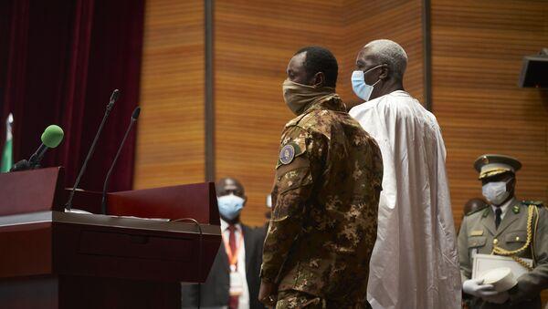 Président de transition Bah N'Daw au côté du Vice President Colonel Assimi Goita - Sputnik France