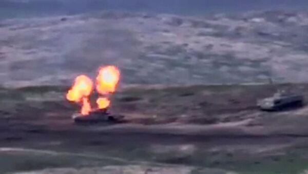 La vidéo de la «destruction de chars» azerbaïdjanais partagée en ligne par la Défense arménienne, capture d'écran - Sputnik France