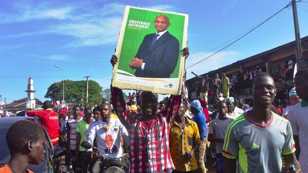 Militants guinéens brandissant une affiche de Cellou Dalein Diallo à Conakry, Guinée - Sputnik France