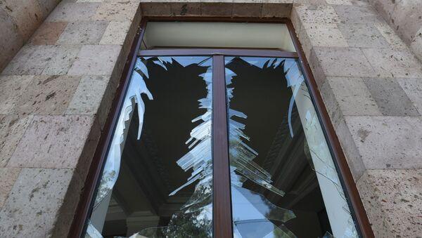 Une fenêtre brisée lors d'un bombardement de la ville de Martouni (Haut-Karabakh) - Sputnik France