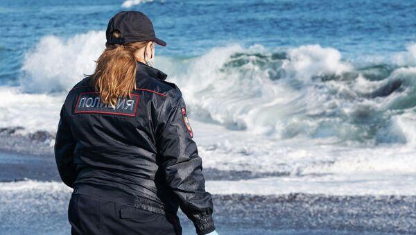 Agent de police sur la plage de Khalaktyrski au Kamtchatka, dans l'Extrême-Orient russe, le 3 octobre 2020 - Sputnik France