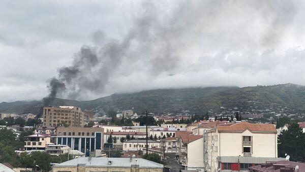 Fumée après un tir d'artillerie à Stepanakert, le 4 octobre - Sputnik France