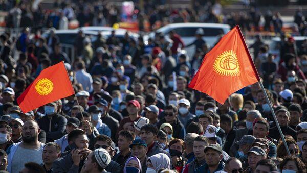 Das manifestants dans les rues de Bichkek, la capitale du Kirghizstan, le 5 octobre  - Sputnik France