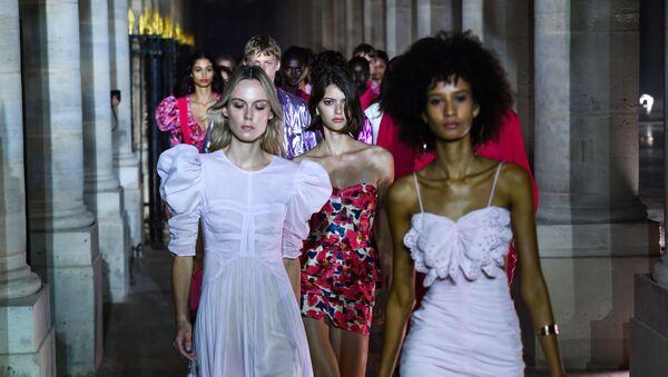 Féminité sans nudité: ce que propose la Fashion week de Paris   - Sputnik France