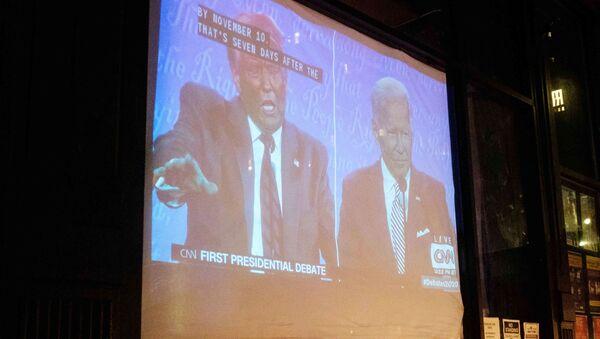 Le premier débat présidentiel Trump-Biden diffusé à la télévision dans un bar à New York - Sputnik France