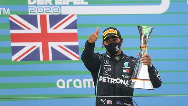 Lewis Hamilton célèbre sa victoire, le 11 octobre 2020 - Sputnik France