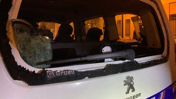 Des vitres de voitures brisées lors de l'attaque du commissariat de Champigny-sur-Marne dans la nuit du 10 au 11 octobre 2020 - Sputnik France