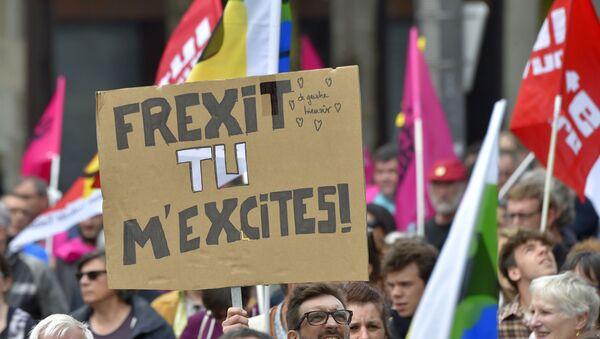Des manifestants en faveur du Frexit - Sputnik France