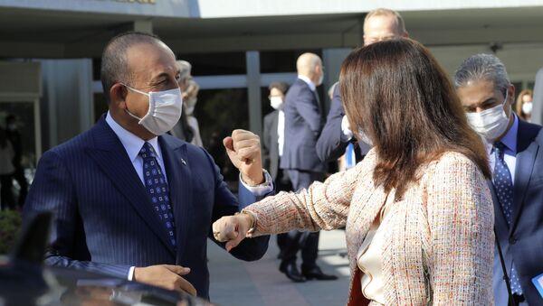 Ann Linde et Mevlut Cavusoglu se disent au revoir en se tapant le coude après les discussions turco-suédoises à Ankara   - Sputnik France